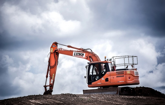 1024px-Orange_excavator_(Unsplash)
